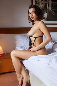 Hobi fahişesi Maura, Escort Berlin aracılığıyla havyar servisi ile erotik yağ masajı siparişi verdi